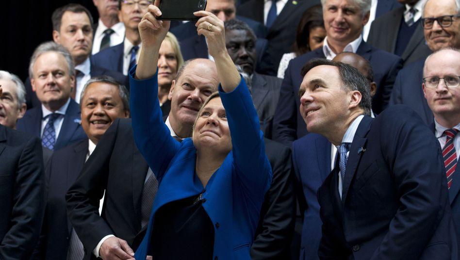 Finanzminister Olaf Scholz (vorne links) mit Amtskollegen beim IWF-Treffen in Washington