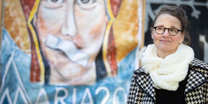 11.05.2019, Nordrhein-Westfalen, Münster: Lisa Kötter, Mitinitiatorin vom Kirchenstreik «Maria 2.0», aufgenommen anlässlich eines Gottesdienstes unter freiem Himmel. Katholische Frauen und verschiedene Frauen-Initiativen aus mehreren deutschen Bistümern beteiligen sich am Kirchenstreik «Maria 2.0». Aus Protest gegen den Missbrauch von Kindern und Jugendliche durch Priester wollen die Frauen eine Woche lang keinen Dienst in der Kirche tun. Sie übernehmen in dieser Zeit nach eigenen Angaben keine ehrenamtlichen Aufgaben und betreten keine Kirchen. Gottesdienste in dieser Zeit organisieren sie demnach selbst und feiern diese außerhalb der Gotteshäuser. Foto: Friso Gentsch/dpa +++ dpa-Bildfunk +++   Verwendung weltweit