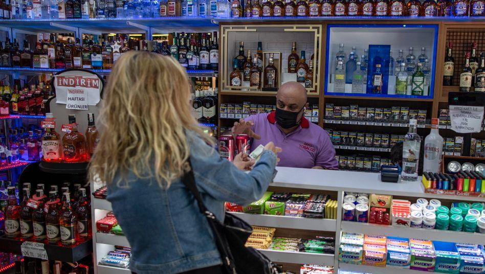 Einkauf vorm Lockdown: Bis zum 17. Mai ist der Verkauf von Alkohol in der Türkei verboten