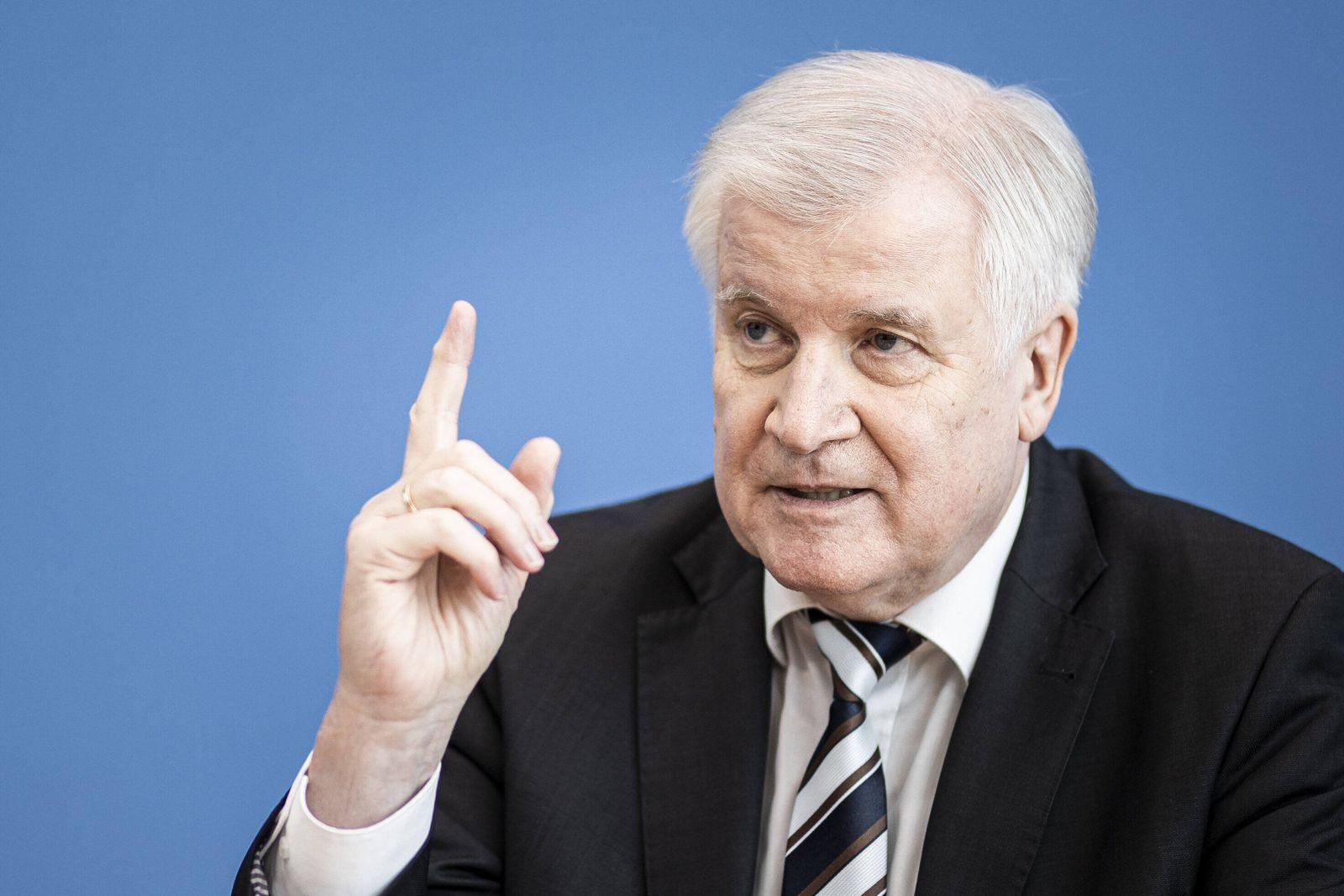 Horst Seehofer, Bundesinnenminister, aufgenommen im Rahmen der Pressekonferenz zur Bilanz Wohnraumoffensive in Berlin,