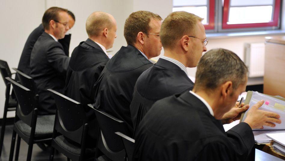Anwälte vor dem Frankfurter Arbeitsgericht: Die Investmentbanker in der Kantine versteckt