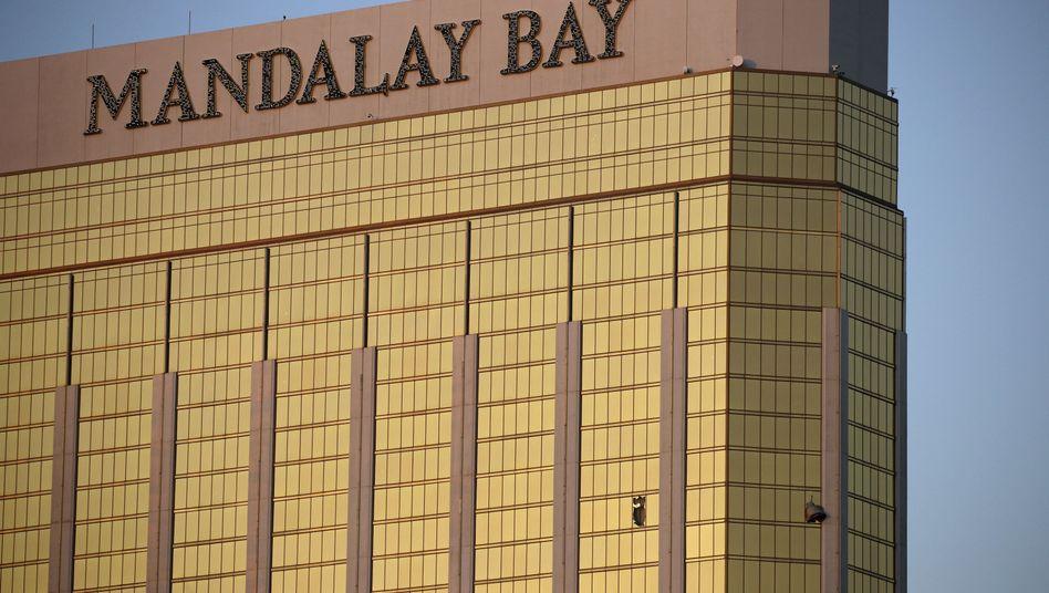 Vorhänge flattern im Hotel Mandalay Bay Resort in Las Vegas (USA) aus zerborstenen Fenstern.
