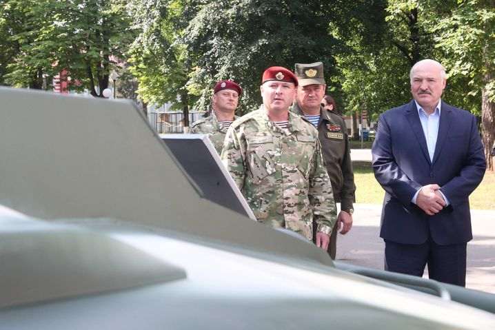 Lukaschenko beim Besuch seiner Truppen