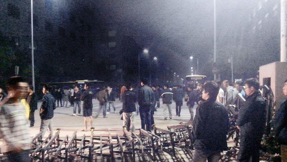 Schaulustige während der Ausschreitungen im Foxconn-Werk vorige Woche in Taiyuan