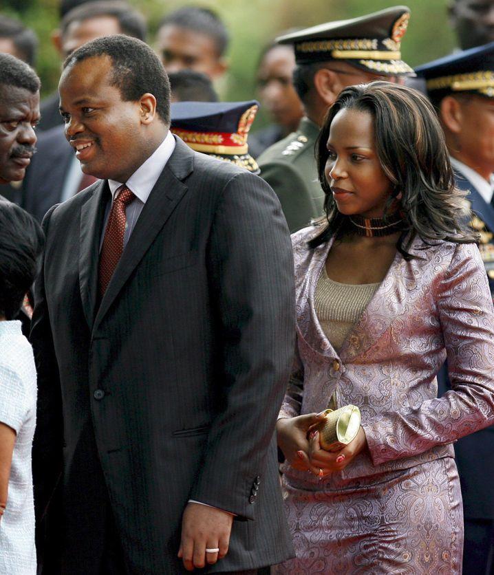 König Mswati III. kommt mit seiner 13. Ehefrau Königin Inkhosikati Lankhambule zu einem Besuch nach Manila (Archivfoto aus dem Jahr 2008)