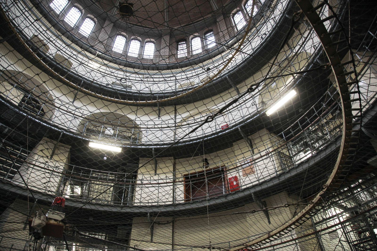 Zellengang in der Untersuchungshaftanstalt Berlin Moabit Kuppel Zellengang in der Untersuchungshaft