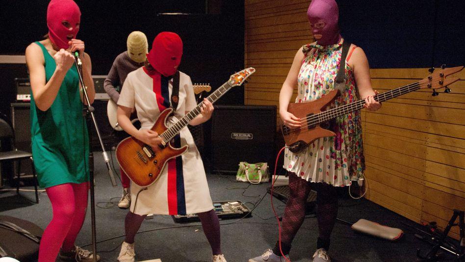 Mitglieder der Band Pussy Riot bei Proben in Moskau (Archiv)