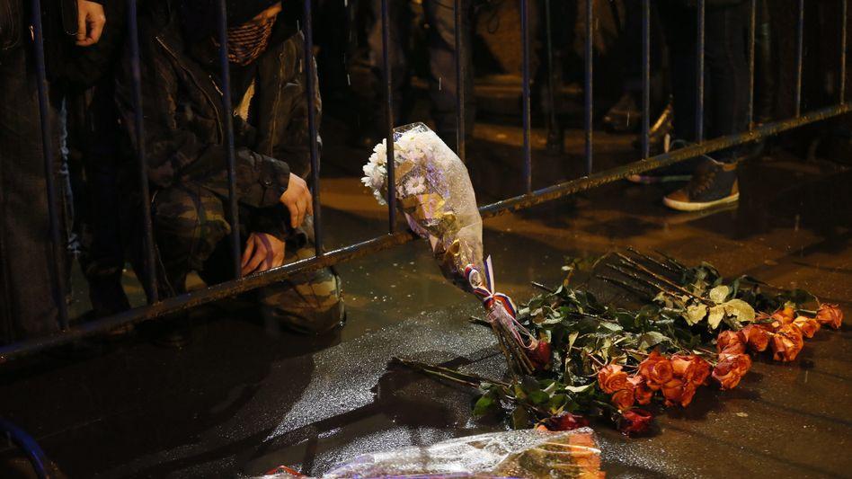 Hinter Absperrungen: Trauernde legen Blumen für Boris Nemzow nieder