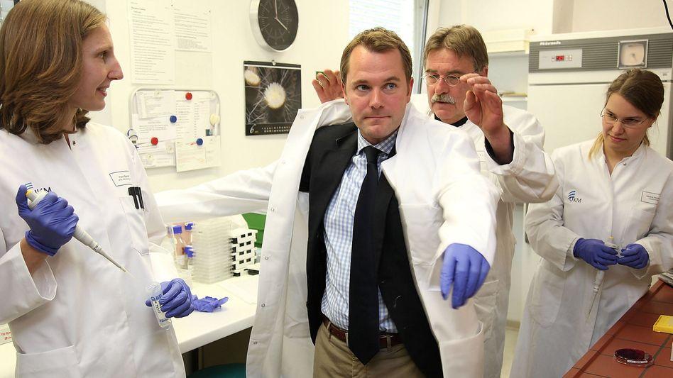 """Gesundheitsminister Bahr in Uni-Klinik Münster: """"Arbeit muss honoriert werden"""""""