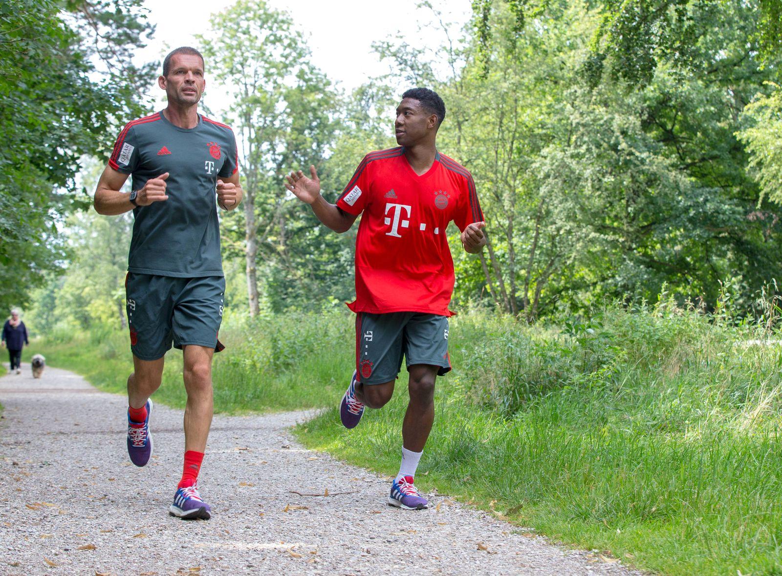 Dr Holger Broich David Alaba Training FC Bayern M¸nchen Mit dem Fahrrad zum Perlacher Forst um