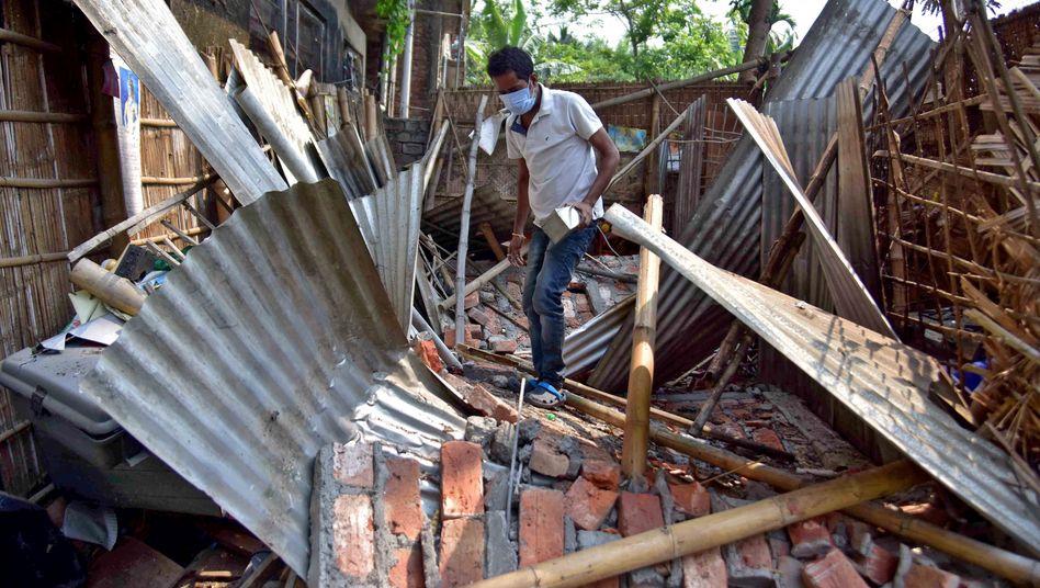 Assam: Ein Mann in den Trümmern seines Hauses