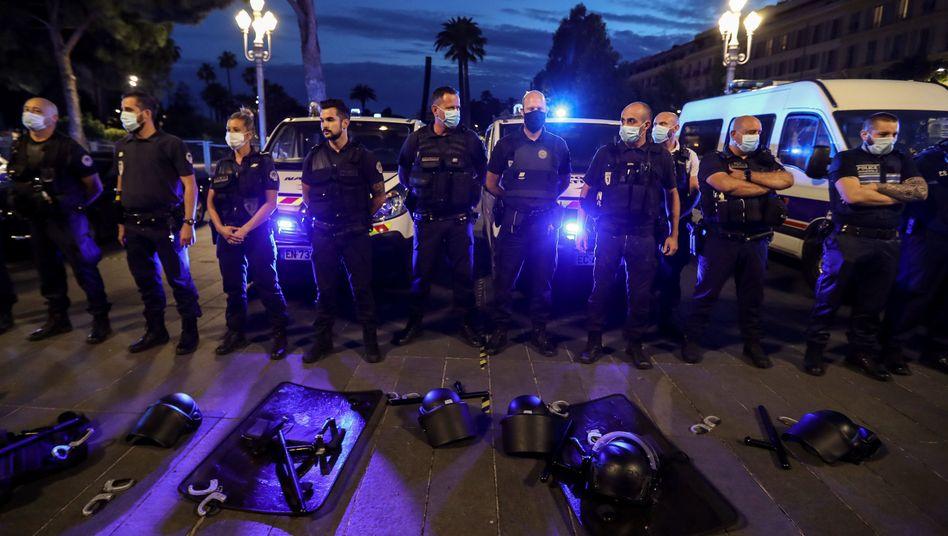 Französische Polizisten legten am Donnerstag aus Protest ihre Handschellen und Ausrüstung ab. Hier protestieren Polizisten in Nizza in Südfrankreich