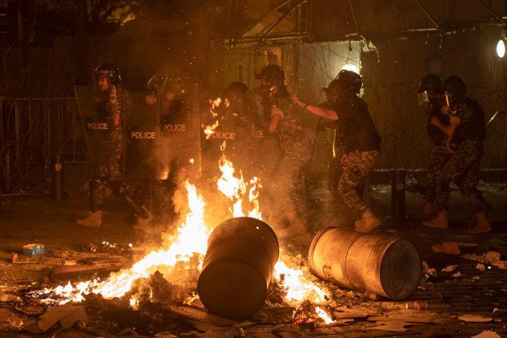 Polizisten im Einsatz während des Protests regierungskritischer Demonstranten