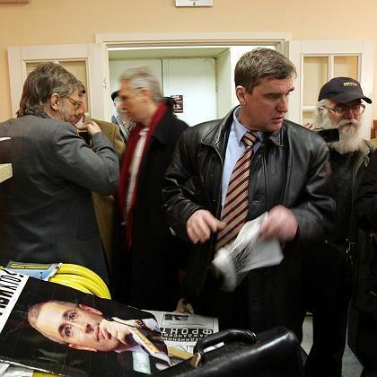 Aufregung in der Zentrale des Kasparow-Bündnisses: Sicherheitskräfte durchsuchten die Büros