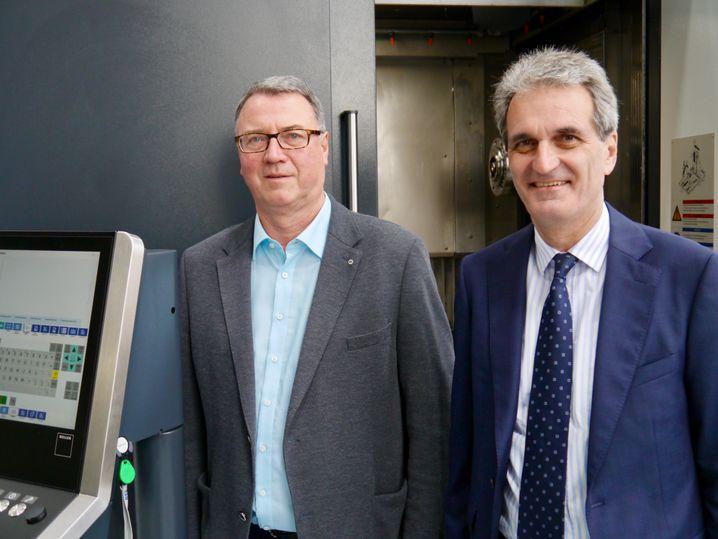 """Heller-Chef Klaus Winkler (rechts) und Betriebsrat Bernd Haußmann haben einen Plan für den """"Durchhänger"""" vereinbart. Dazu gehört die Erhöhung der Azubi-Zahl von 19 auf 24"""