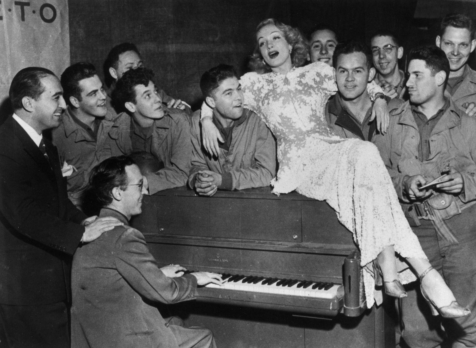 Henkersmahlzeit - Marlene Dietrich mit US-Soldaten bei einer Veranstaltung zur Truppenbetreuung