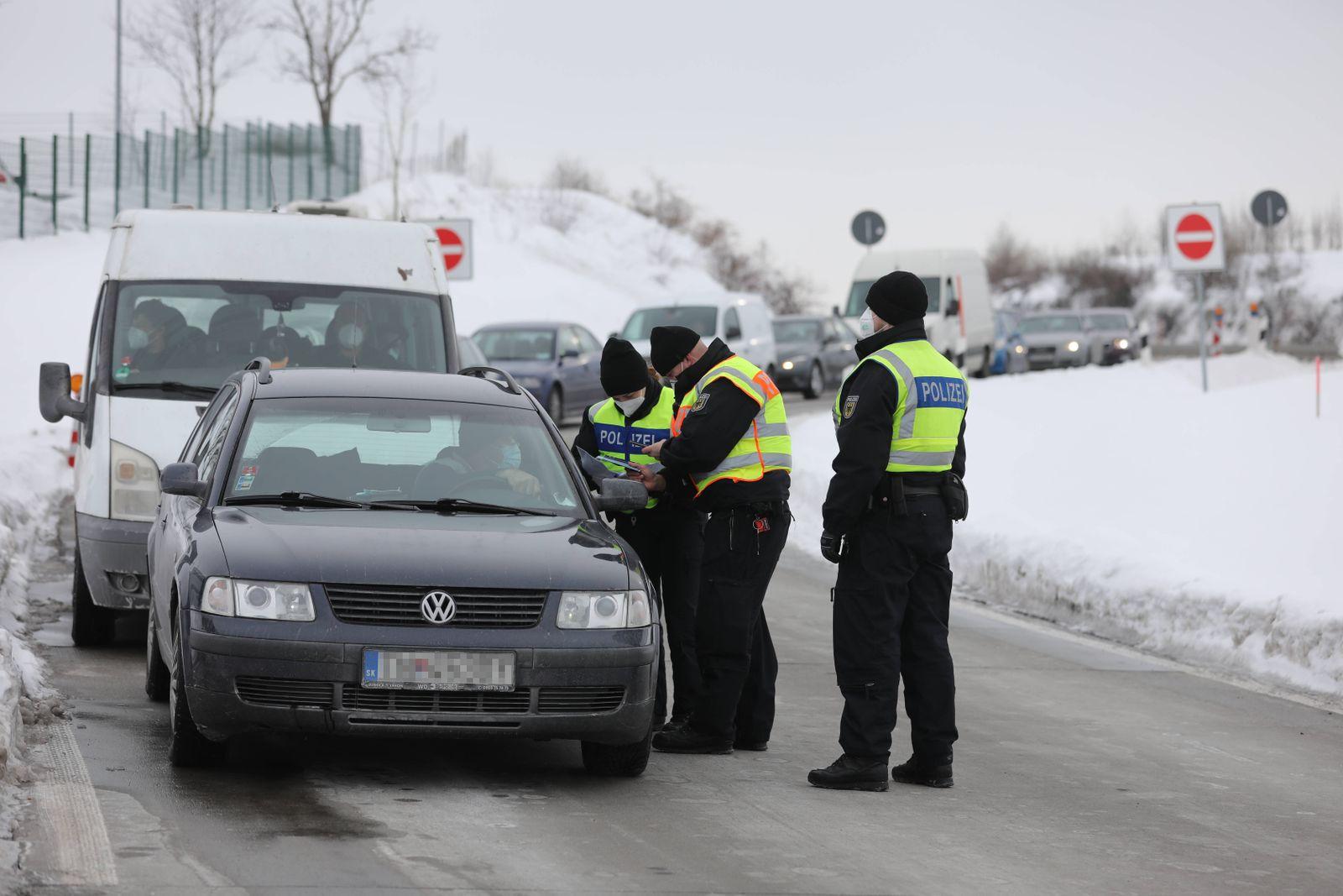 Mittlerweile sorgen die Grenzkontrollen für massive Verkehrsbehinderungen wie hier an der A17 bei Breitenau. Zwar kontr
