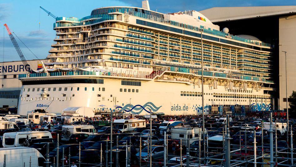 """Das Kreuzfahrtschiff """"Aida Nova"""" verlässt das Baudock der Meyer Werft"""