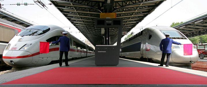 Ein ICE steht in einem Pariser Bahnhof