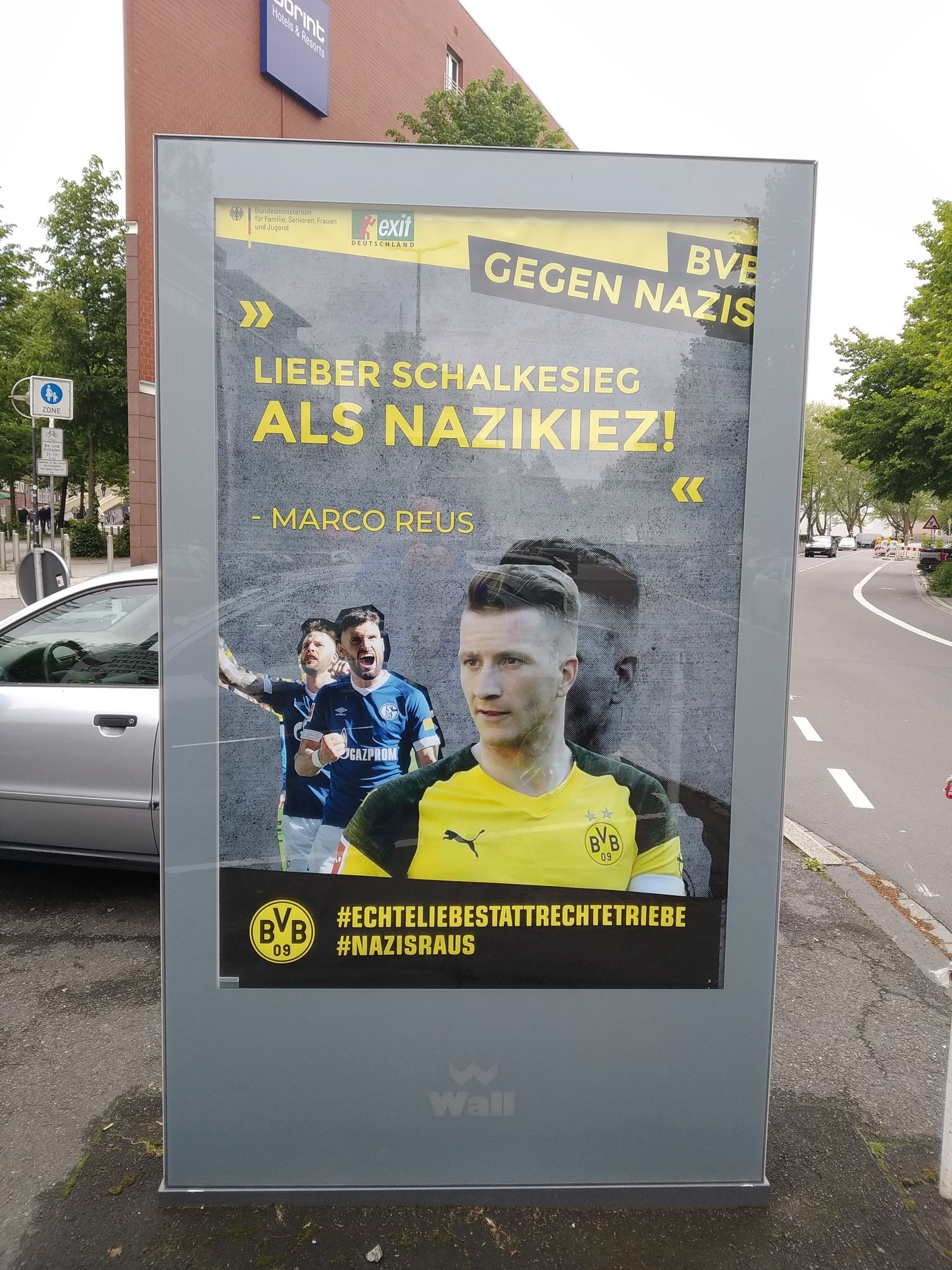 EINMALIGE VERWENDUNG Borussia Dortmund/ Plakate/ BVB gegen Nazis