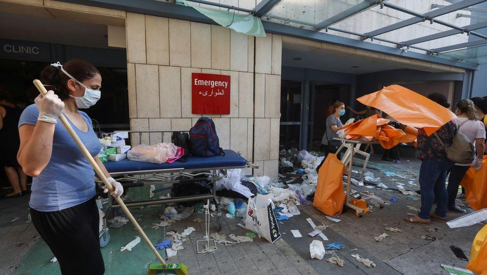 Aufräumarbeiten in Beirut: Auch Krankenhäuser wurden durch die riesige Explosion schwer beschädigt