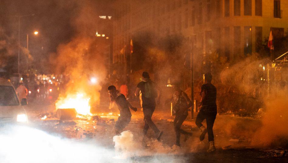 Sicherheitskräfte setzen Tränengas gegen Demonstranten ein: Auf den verwüsteten Straßen Beiruts protestieren Bürger gegen die Regierung des Libanon