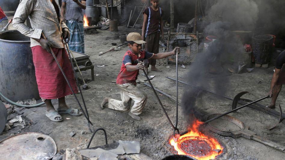 Ein Junge arbeitet in einer Metallwerkstatt in Bangladeschs Hauptstadt Dhaka (Archivfoto, Februar 2020)