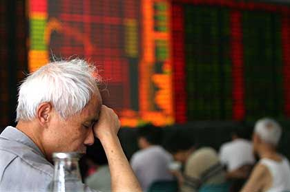 Chinesischer Anleger vor einer elektronischen Kursanzeige: Experten warnen seit geraumer Zeit vor einer Spekulationsblase