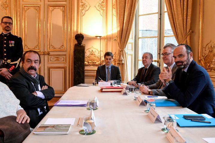 Gewerkschaftsboss Martinez (links am Tisch): Leger beim Treffen mit Premierminister Edouard Philippe (r.)