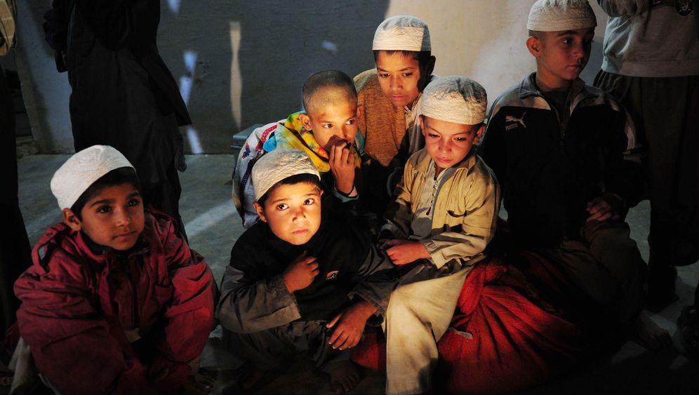 Razzia in Pakistan: Polizei befreit angekettete Koranschüler