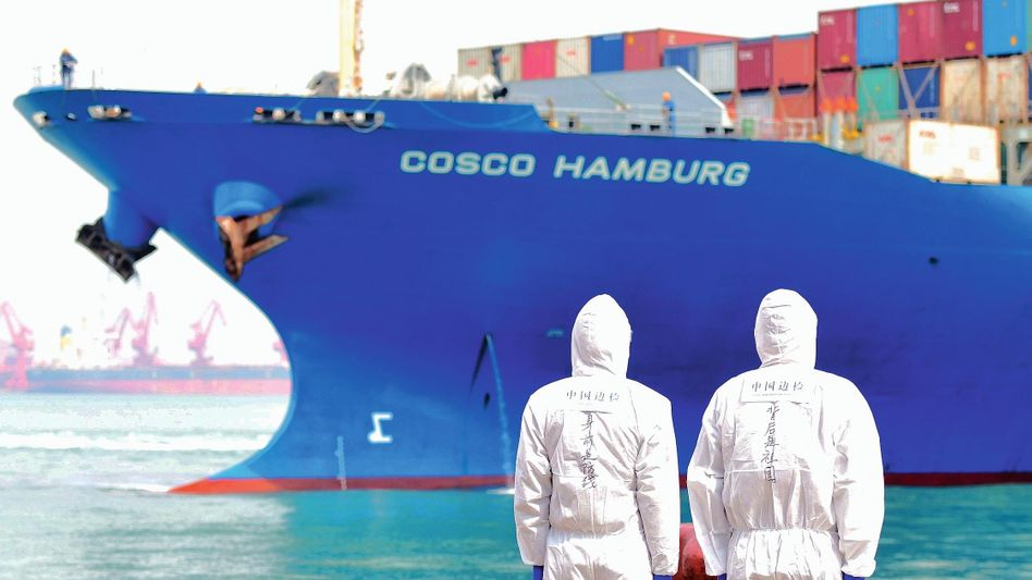 Containerschiff im Hafen von Qingdao, China