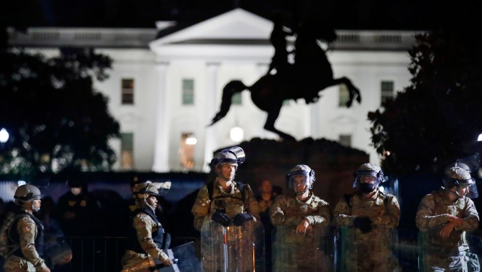 Soldaten vor dem Weißen Haus: Das US-Militär hatte rund 1600 Soldaten auf Militärstützpunkte rund umWashington verlegt