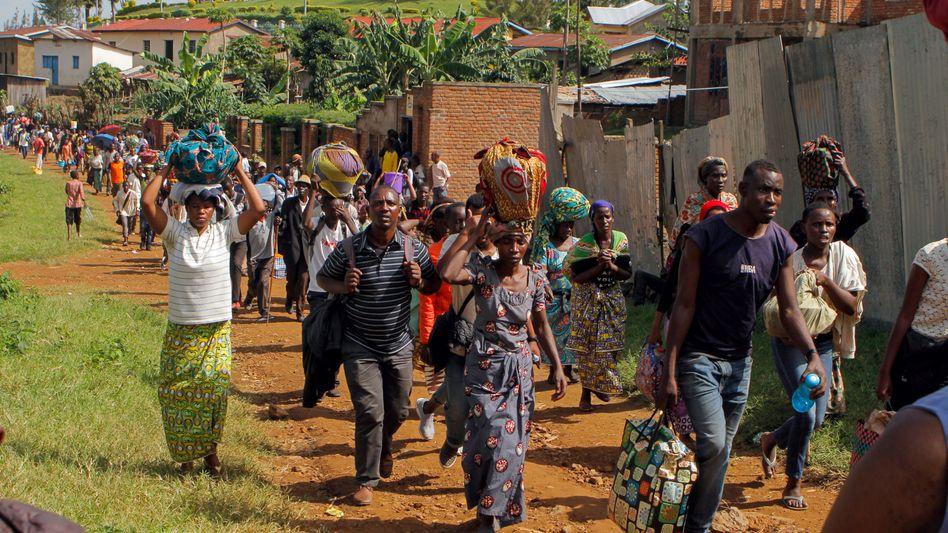 Flüchtlinge auf dem Weg ins Kiziba Camp im Westen Ruandas