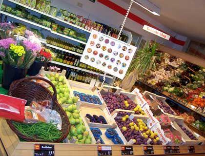 Obstauslage: Das Sortiment entspricht dem eines normalen Supermarktes - außerdem werden Artikel wie Bürsten oder Tee verkauft, die aus Behindertenwerkstätten stammen