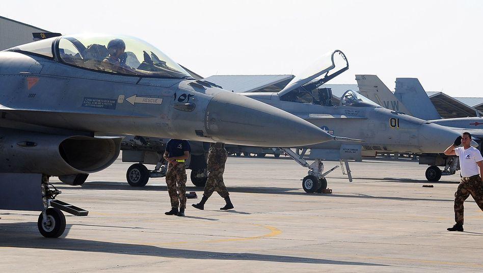 Mitglieder der Jordanischen Luftwaffe vor F-16-Jets: Teil der internationalen Koalition gegen den IS