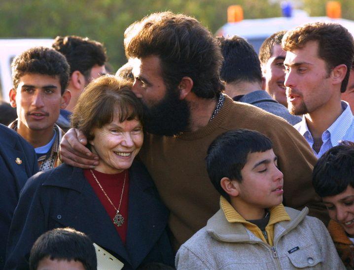Witwe Mitterand, Flüchtling Agam 2001: Zum Tee geladen