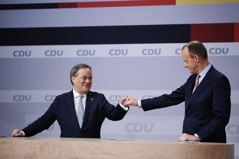 Fistbump unter CDU-Männern: Laschet, Merz beim Parteitag