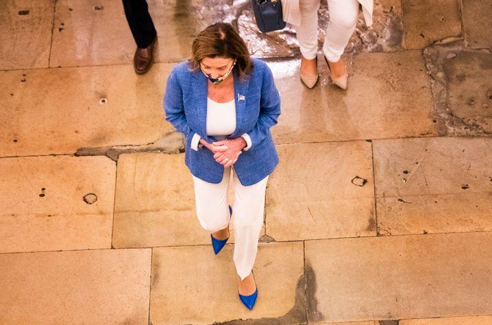 Die Präsidentin des Repräsentantenhauses Nancy Pelosi auf dem Weg in ihr Büro im Kapitol