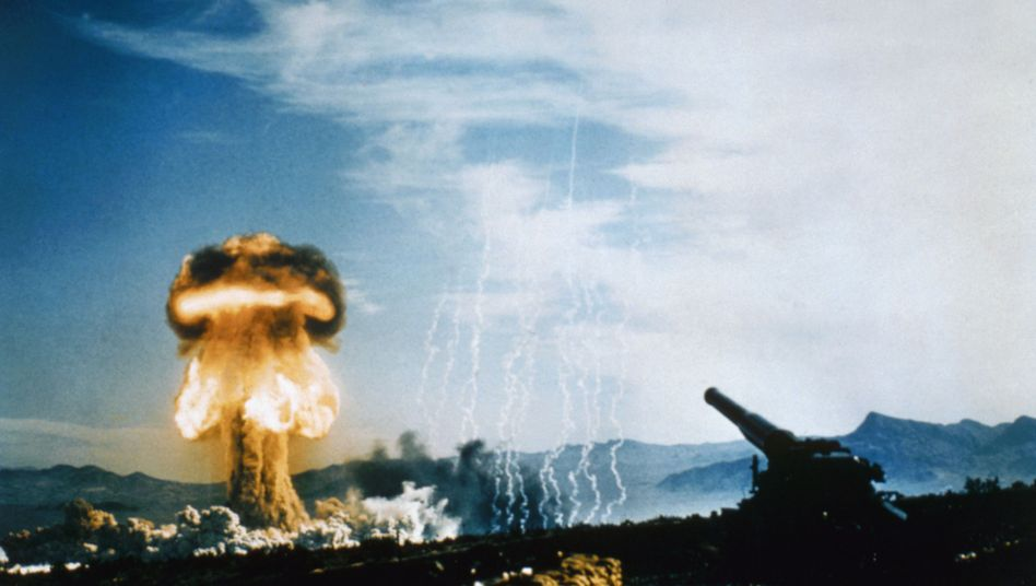 """Atompilz nach überirdischen US-Tests in der der Wüste von Nevada, 1953: """"Systematisch zerstört"""""""