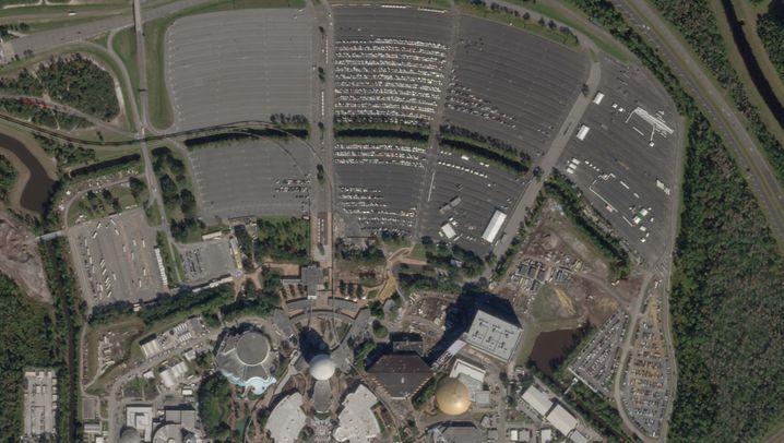 """Disney World im amerikanischen Orlando/Florida (6. Januar 2020/18. März 2020): Keine Achterbahnfahrt durch den """"Big Thunder Mountain"""", kein """"Jungle Cruise"""" und auch keine Show mehr im """"Spaceship Earth"""" (die große helle Kugel am unteren Bildrand): Das Disney World in Orlando/Florida hat Mitte März seine Tore geschlossen - auf dem Vorher-Nachher-Satellitenbild ist das eindrücklich am fast verwaisten Parkplatz zu sehen. Der Park war 1955 eröffnet worden, zuletzt war er nach den Terroranschlägen vom 11. September 2001 für Besucher gesperrt - so lange wie jetzt allerdings noch nie seit Bestehen. Auch die Schwesterparks in Kalifornien und Paris sind geschlossen, wann sie wieder öffnen, steht noch nicht fest, frühestens in einigen Wochen, heißt es. Für den Disney-Konzern brechen damit Millionenumsätze weg, jeden Tag. An der Börse konnte sich die Disney-Aktie zuletzt jedoch etwas erholen - wohl auch dank des Streamingangebots Disney+, das inzwischen auch in Deutschland gestartet ist. Das macht zwar bisher nur einen kleinen Teil an Disneys Gesamtgeschäft aus. Aber in Zeiten der Corona-bedingten Ausgangssperren weltweit ist der Streamingdienst gefragt wie nie."""