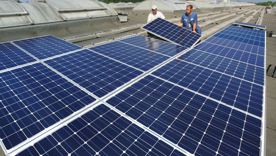 Montage von Solarpanels: Die Branche fürchtet die dritte Förderkürzung innerhalb eines Jahres.