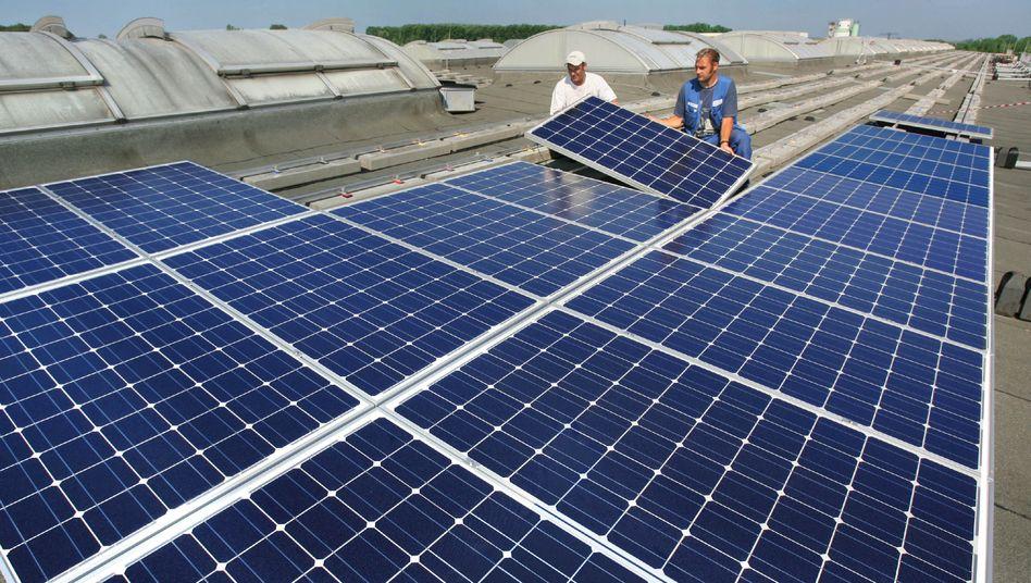 Auf dem 17.000 Quadratmeter großen Dach einer Fahrzeughalle des städtischen Abfallentsorgers ASR in Chemnitz Solarmodule werden Solarmodule montiert.