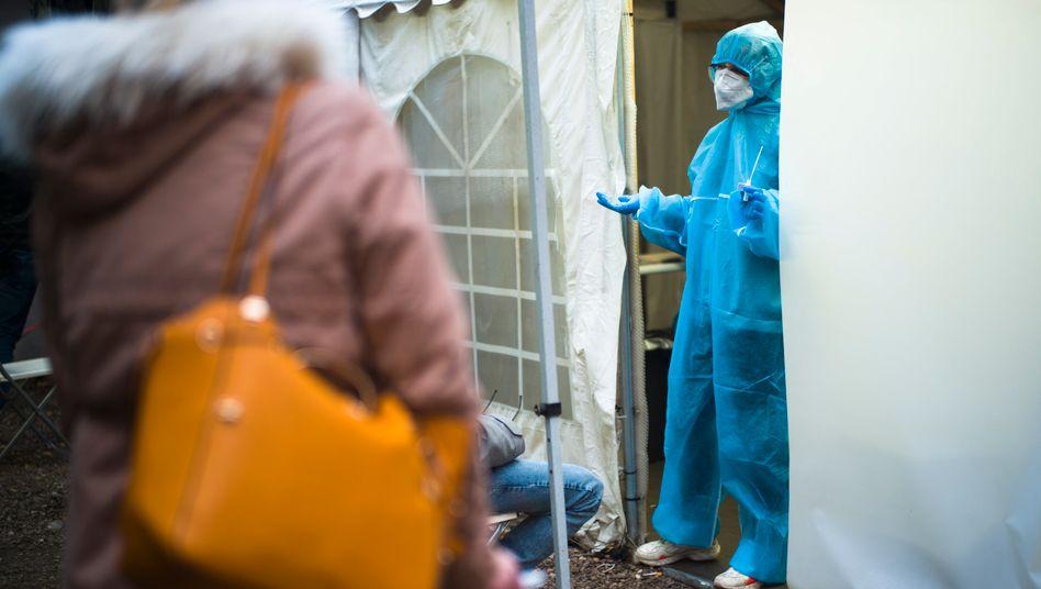 Frau vor einem Testzentrum in Berlin