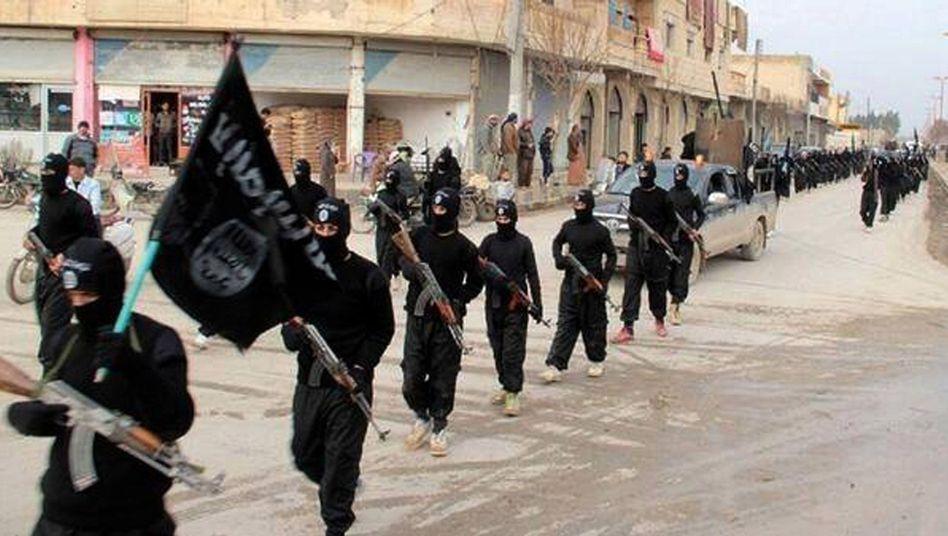IS-Terroristen marschieren durch Rakka (Archivfoto): Tickende Zeitbomben