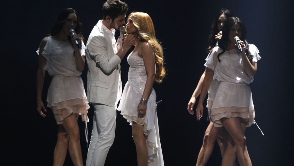 """Azerbaijan's Ell and Nikki sing their song """"Running Scared"""" at the Eurovision final."""