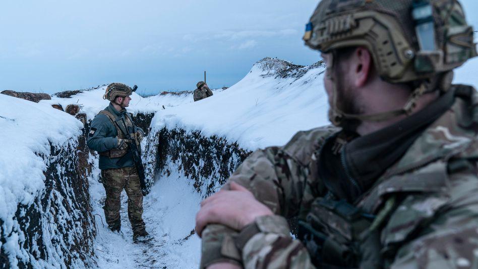 Ukrainische Soldaten an einem schneebedeckten Schützengraben