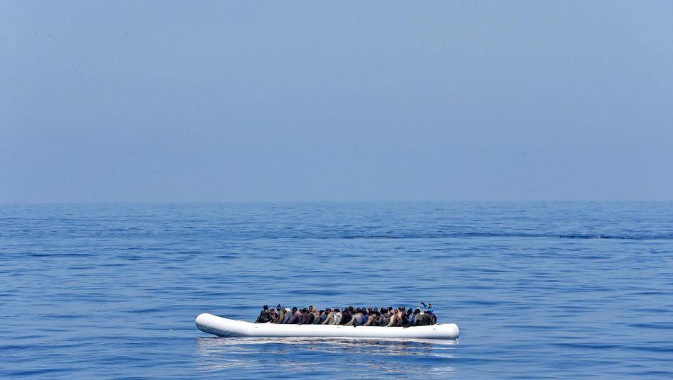 Flüchtlinge in einem Schlauchboot auf dem Mittelmeer: Bundeswehrschiffe sollen Menschen retten