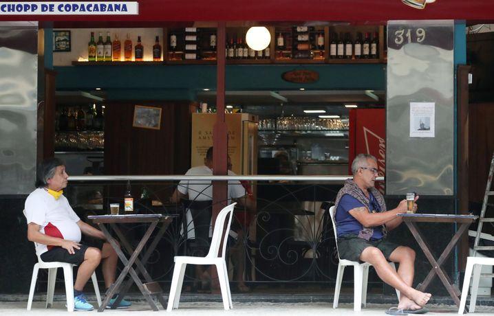 Gäste in einer Bar in Rio de Janeiro