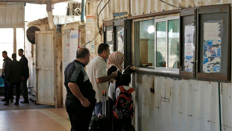 Passkontrolle an Grenzübergang zwischen Gazastreifen und Ägypten