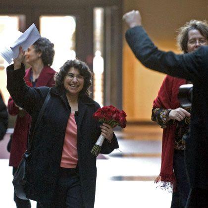 Robin Levine-Ritterman mit ihrer Heiratslizenz: Sieg in Connecticut - Rückschlag in Kalifornien und drei anderen Staaten